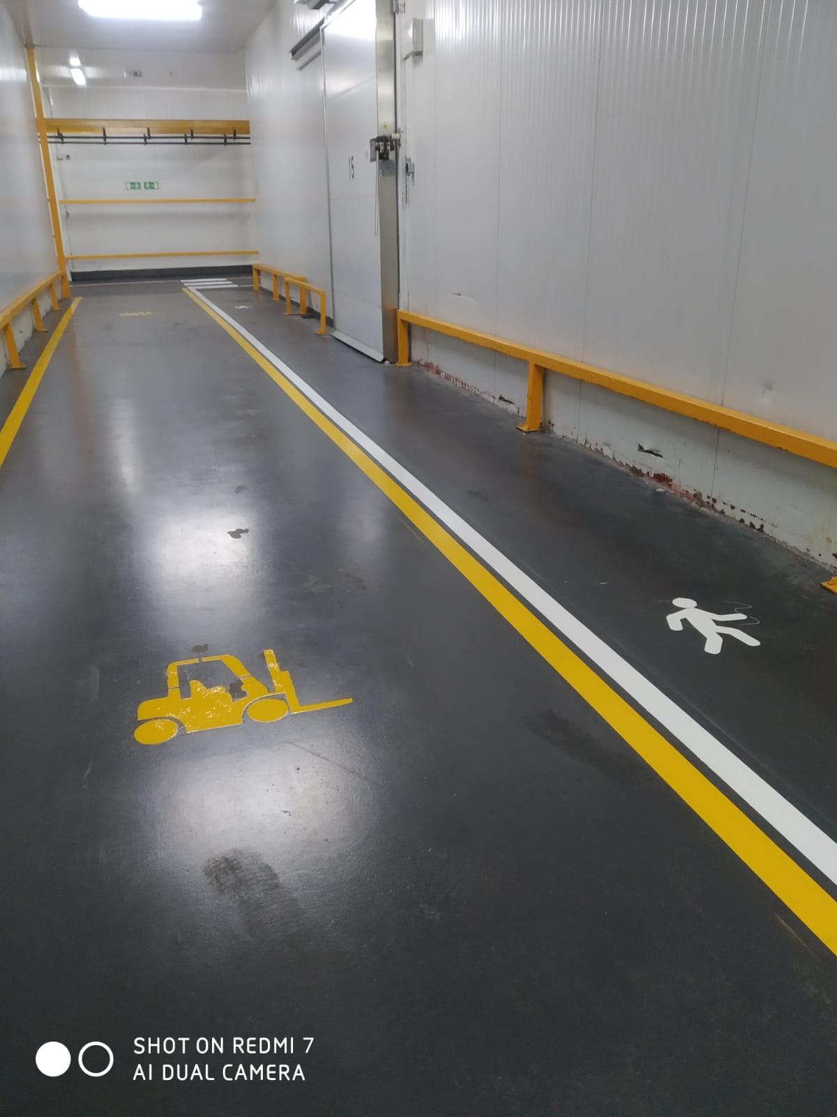 Señalización zona peatonal en el interior de una nave