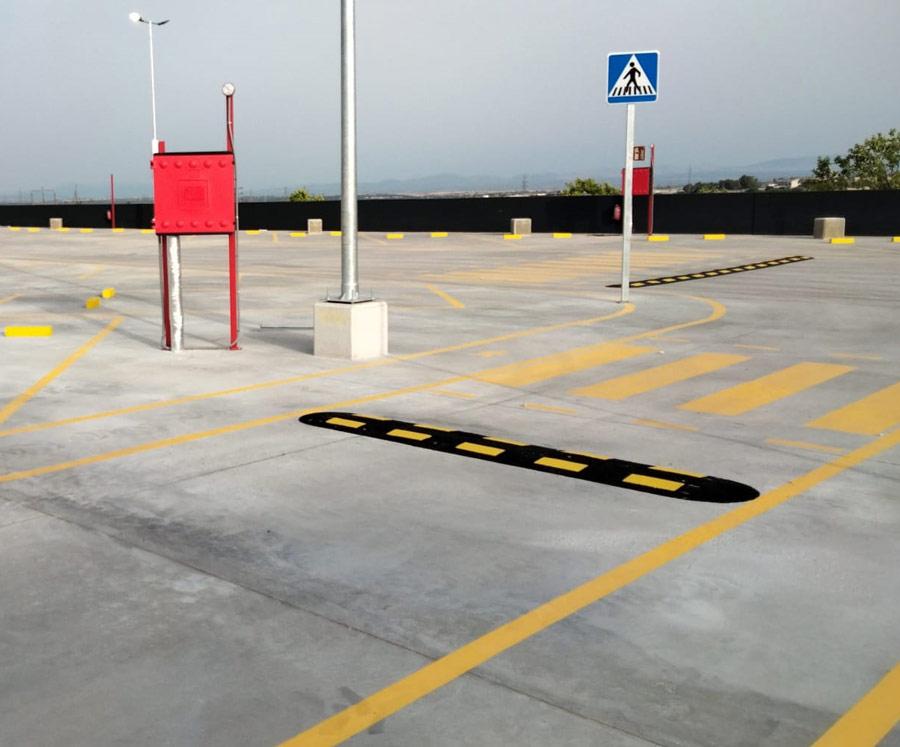 Señalización vial en parking logístico